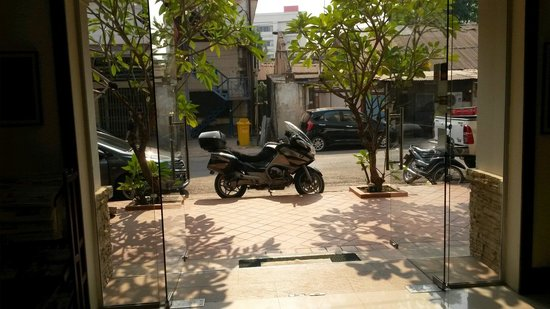 Vong Kham Sene Hotel: Infront  of entrance