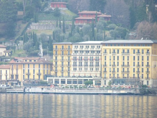 Grand Hotel Britannia Excelsior: view of hotel from across the lake in Bellagio