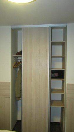 Wellton Centrum Hotel & SPA : Szafa / Wardrobe pokój/room 502