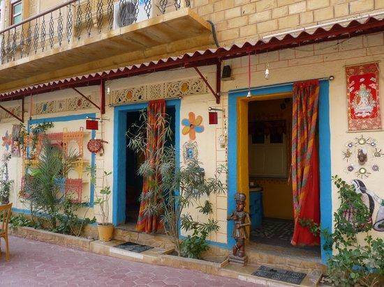 Hotel The Royale Jaisalmer : Entrées de nos deux chambres