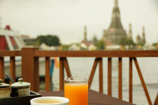 Sala Arun : Breakfast on the riverside deck