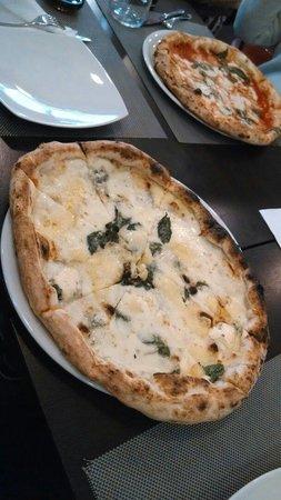 D'Angeli: Pizza 4 queijos e ao fundo marguerita.