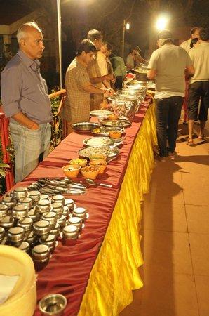 Gujarat Bhavan Hotel: Poolside dinner