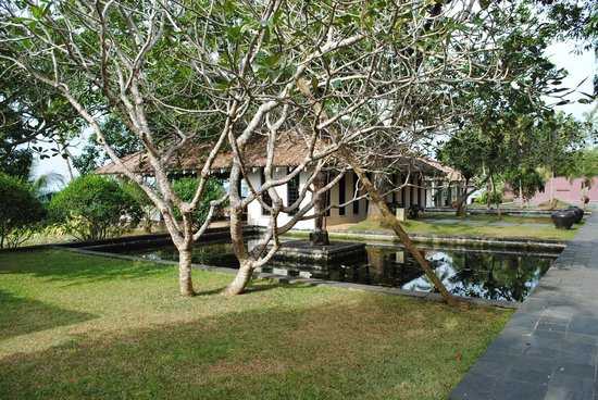Kahanda Kanda: Grounds and  Koi Carp pools