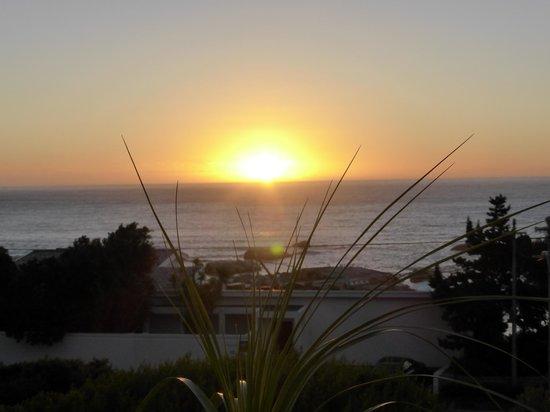 3 On Camps Bay Boutique Hotel: Fantastisk solnedgång från terrassen