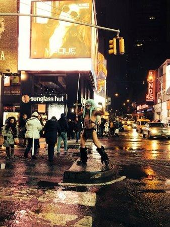 Times Square : стоит голый зимой и орет