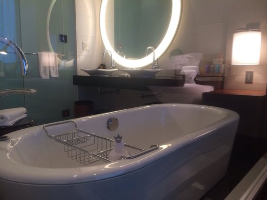 Conrad Tokyo: Spacious bathroom with great choice of amenities