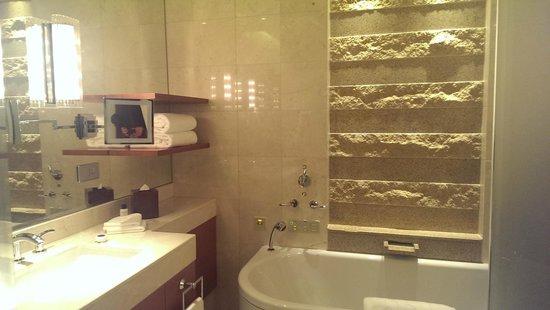 The Peninsula Tokyo: Bathroom