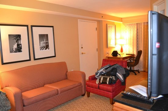 Anaheim Marriott Suites: Living y escritorio