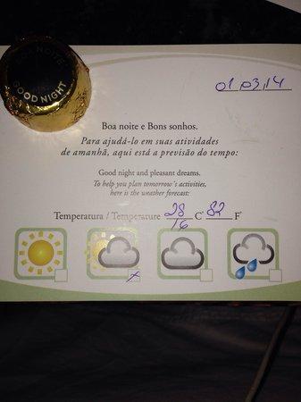 Radisson Hotel Curitiba: Bombom e previsão do tempo do dia seguinte.
