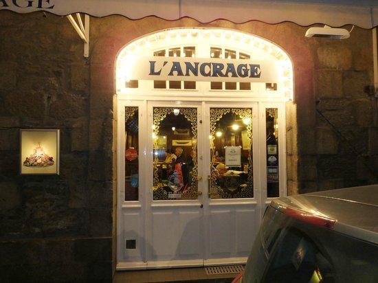 L'Ancrage : 店内は地元人でにぎわっています。