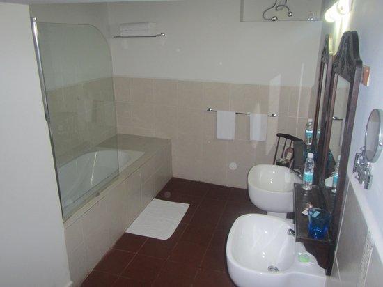 Kisiwa House : modern bathroom