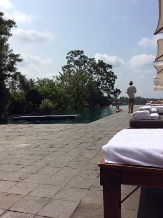 Alila Ubud: amazing days by the infinity pool with amazing service and beautiful balinese afternoon tea