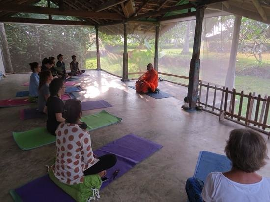 Villa de Zoysa: meditation with local monk