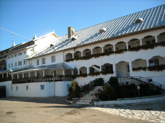Oradea, Romanya: o manastire frumos ingrijita de maicile ce locuiesc in acest lacas.