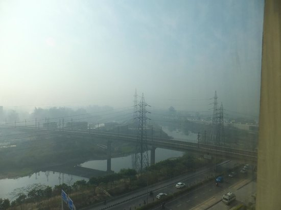 Holiday Inn New Delhi Mayur Vihar Noida: View of the stinking waterway.