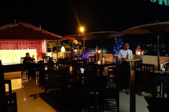 Hotel Yadanarbon - roof top terrace