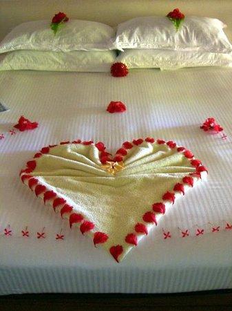 Maafushivaru: Bed was decorated for our honeymoon