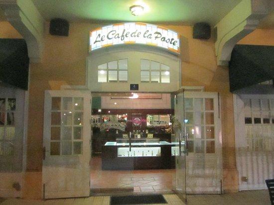 Le Cafe de la Poste : Entrance
