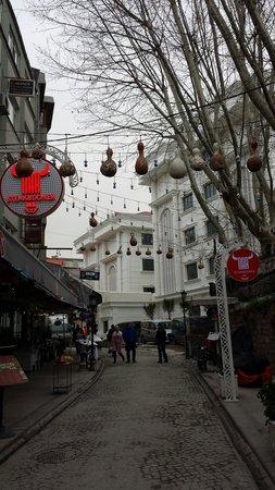 Sura Design Hotel & Suites: La rue ou ce trouve l'hôtel