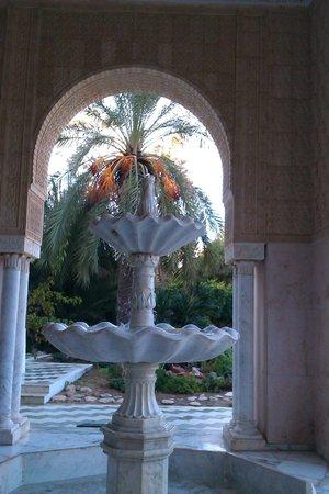 Marhaba Beach Hotel: Fountain by the hotel entrance