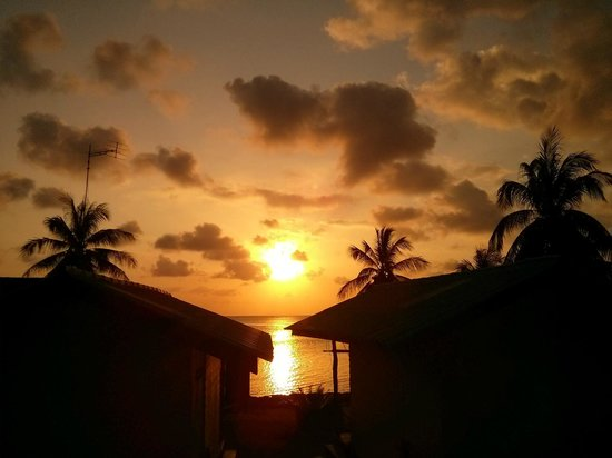 Green Peace Bungalows : Magnificent sunset between bungalows