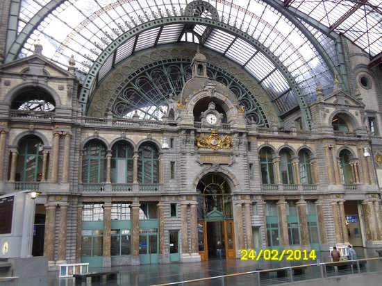Bahnhof Antwerpen-Centraal: The grand entrance seen from the platforms