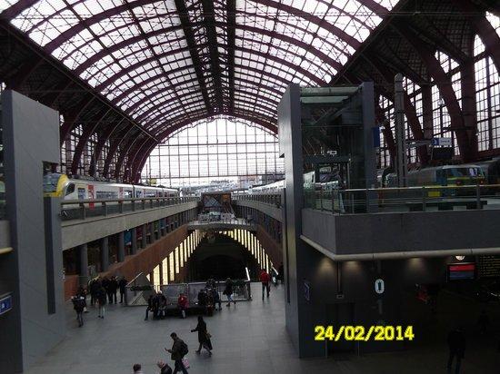 Bahnhof Antwerpen-Centraal: view of the split level station
