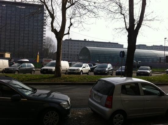 Hotel Residence Torino Centro: la stazione di Porta Susa, vista dall'entrata dell'hotel