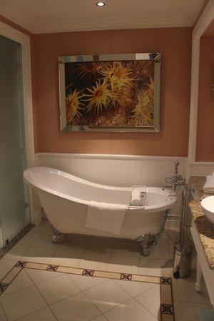 The Boardwalk Hotel: Bathroom