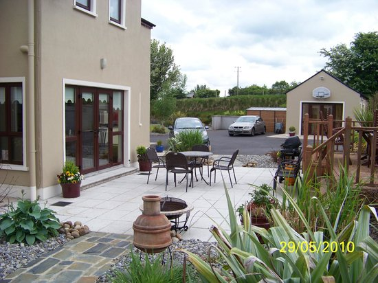 Kintogher B&B: Patio and Barbeque Area