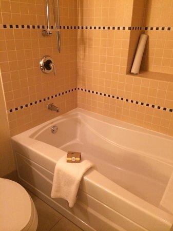 Cedarbrook Lodge: Deep bath