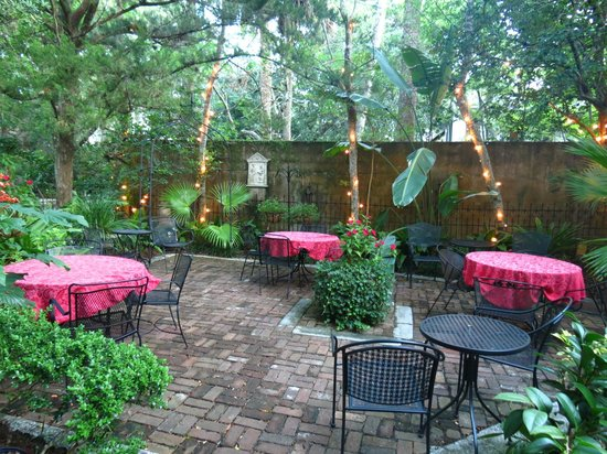 St. Francis Inn Bed and Breakfast : Courtyard a great place to have breakfast