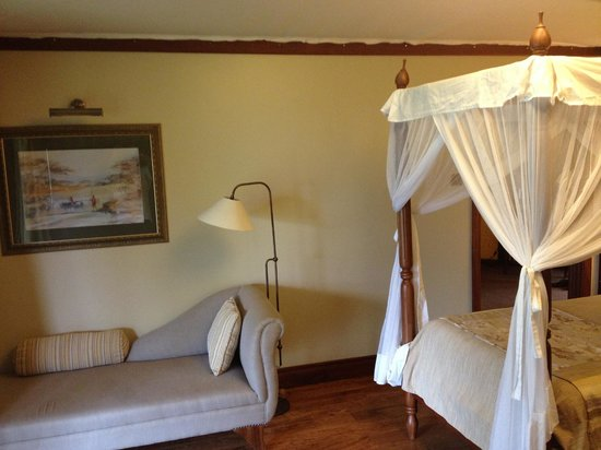 Lake Elmenteita Serena Camp: Bedroom w/settee