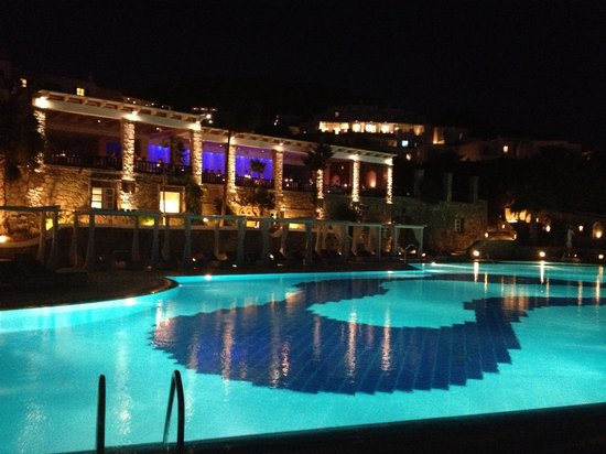 Mykonos Grand Hotel & Resort: The pool at night