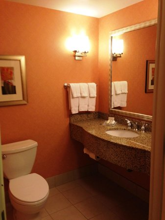 Hilton Garden Inn Salt Lake City / Sandy: Guest bathroom in suite #114
