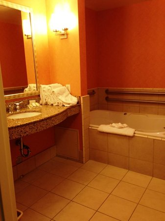 Hilton Garden Inn Salt Lake City / Sandy: Master bathroom in suite #114