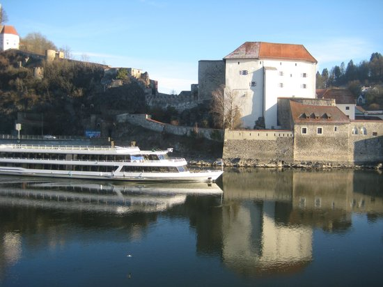 Altstadt-Hotel Passau: Ausflugsschiff vor der Unterveste