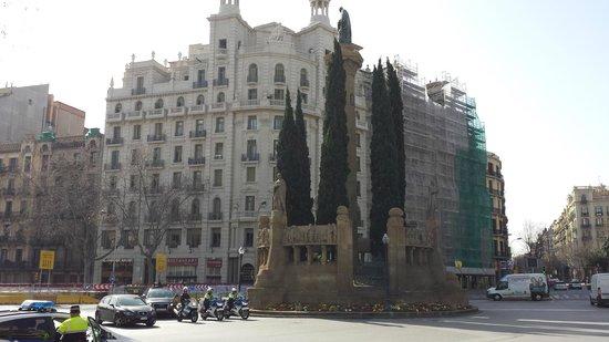 Paseo de Gracia (Passeig de Gracia): Classic Statue