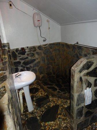 Milky Bay Resort: Dusche im Bungalow B6