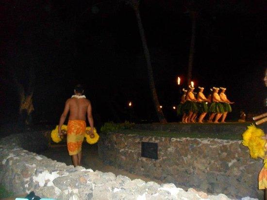 Old Lahaina Luau : Dancing