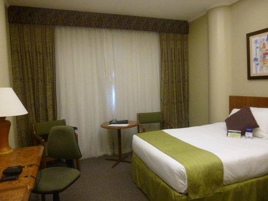 Hotel Palace Guayaquil: La vista en las habitaciones el frente hace que tengas las cortinas cerradas