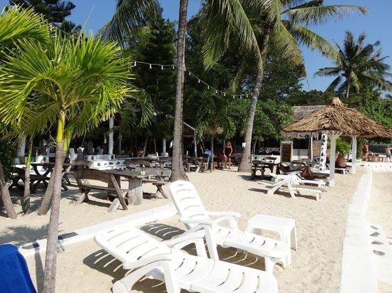 Milky Bay Resort : Blick vom Strand auf das Restaurant/die Bar