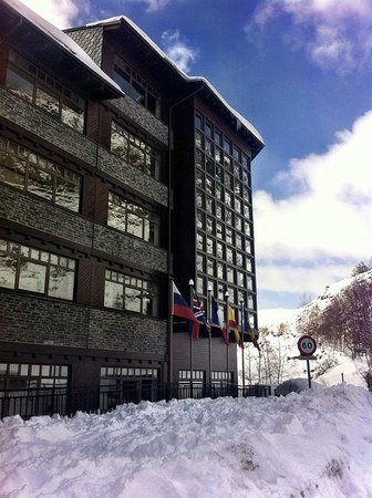 Euroski Mountain Resort: Hotel frontage after a big fall of snow