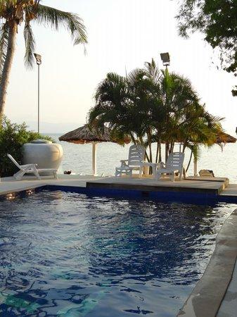 Milky Bay Resort : Pool mit Blick aufs Meer