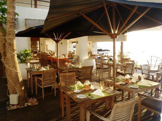 Recif Attitude: restaurant next to the sea