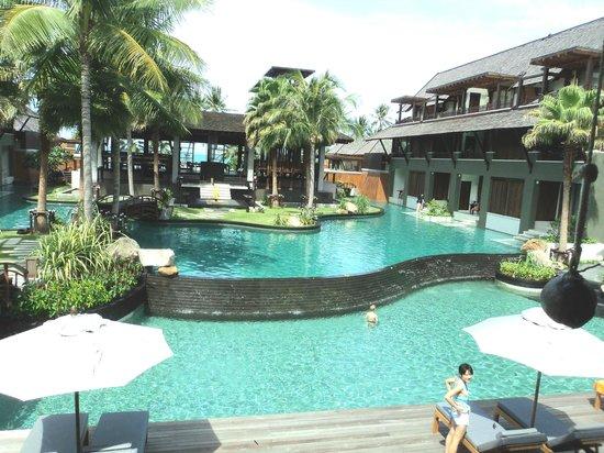 Mai Samui Resort & Spa : No fundo dessa área está o mar.