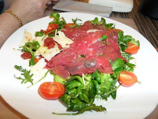 Garum: Salade de roquette et carpaccio au parmesan