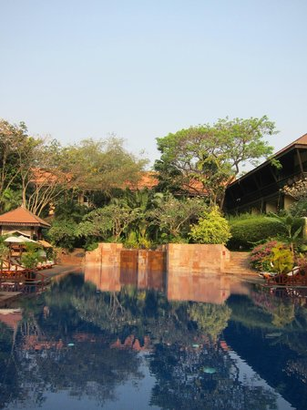 Victoria Angkor Resort & Spa: Pool area, with jacuzzis.