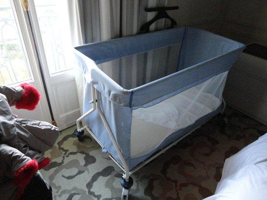 Trianon Palace Versailles, A Waldorf Astoria Hotel: Lit parapluie qui ressemble plus à un panier à linge salle . Pourrait faire mieux pour un 4 étoi